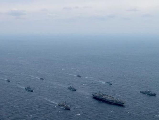 Quân đội Mỹ và Hàn Quốc tiến hành tập trận chung ở vùng biển gần Triều Tiên. Ảnh: Daily Express.