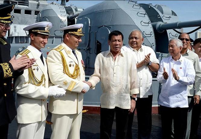 Tháng 1/2017, Tổng thống Philippines Rodrigo Duterte thăm tàu chiến Nga. Ảnh: Sputnik News.