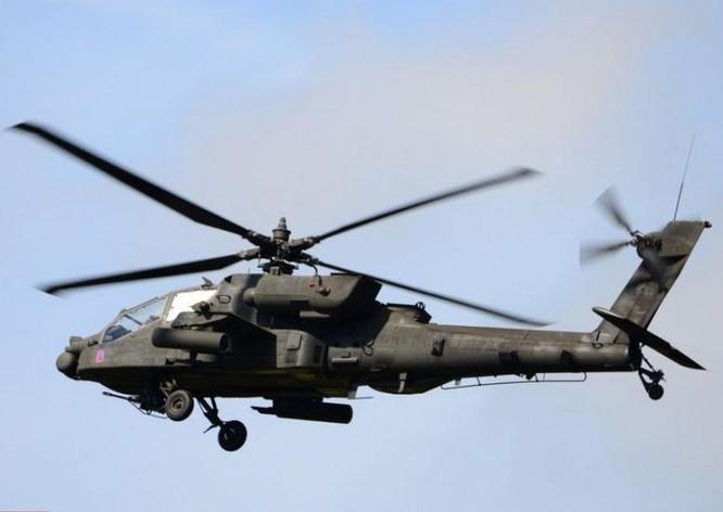 Máy bay trực thăng vũ trang AH-64 Apache thuộc lữ đoàn chiến đấu đường không 12, Lục quân Mỹ tiến hành huấn luyện bay chiến đấu. Ảnh: Cankao.