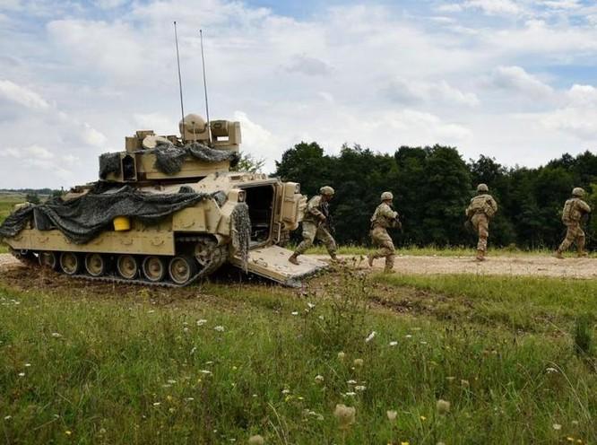 Một tổ xe chiến đấu bộ binh M2 của lực lượng chiến đấu lữ đoàn thiết giáp 3, sư đoàn bộ binh 4, quân đội Mỹ tiến hành diễn tập. Ảnh: Cankao.