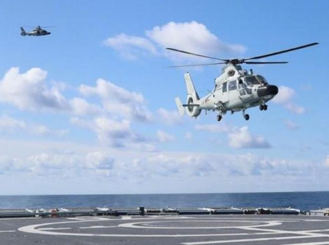 Tàu khu trục Type 052 Trung Quốc có thể mang theo 2 máy bay trực thăng săn ngầm Z-9C/D. Ảnh: Sina.