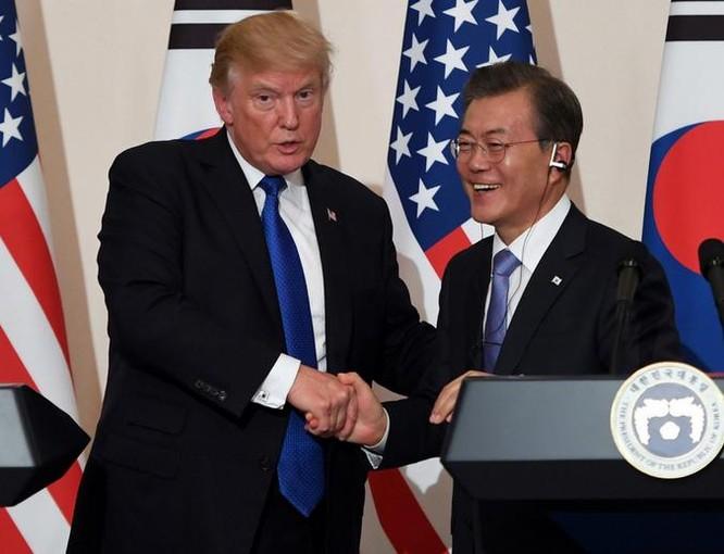 Tổng thống Mỹ Donald Trump và Tổng thống Hàn Quốc Moon Jae-in. Ảnh: Firstpost.