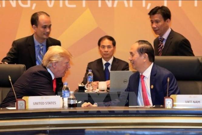 Tổng thống Mỹ Donald Trump và Chủ tịch nước Trần Đại Quang ngồi cạnh nhau tại Hội nghị Cấp cao APEC 2017.