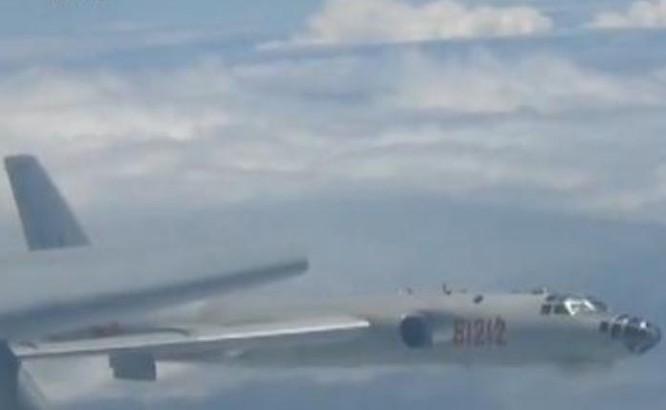 Máy bay ném bom Trung Quốc tiến hành huấn luyện dài ngày trên nhiều vùng biển. Ảnh: Sina.