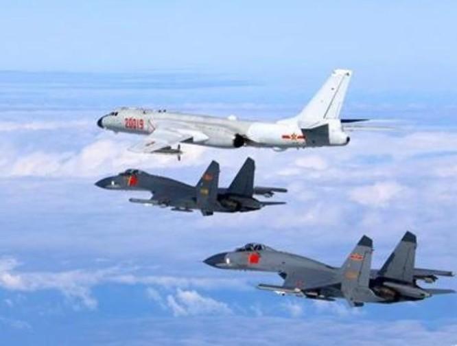 Không quân Trung Quốc tiến hành huấn luyện biển xa ở Tây Thái Bình Dương. Ảnh: Chinanews.