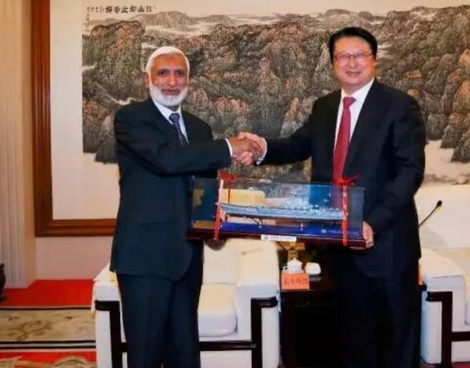 Ngày 12/5/2017, Tham mưu trưởng hải quân Pakistan Zaka Ullah đã đến thăm Tập đoàn công nghiệp nặng tàu thủy Trung Quốc. Ảnh: CSIC.