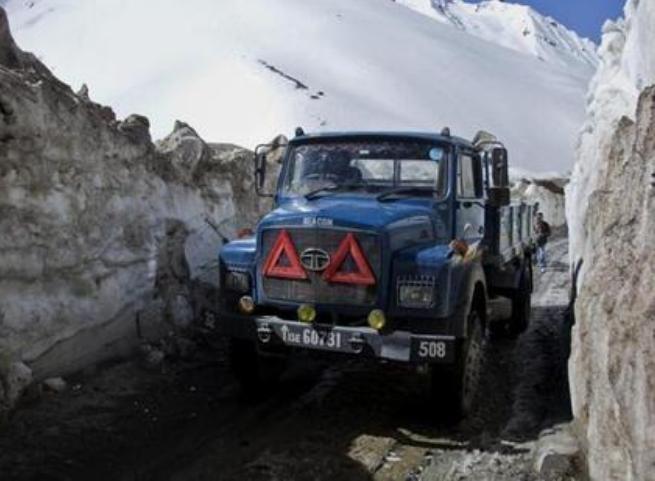 Một chiếc xe tải đi qua phía bắc Srinigar Ấn Độ. Ảnh: Hindustan Times.
