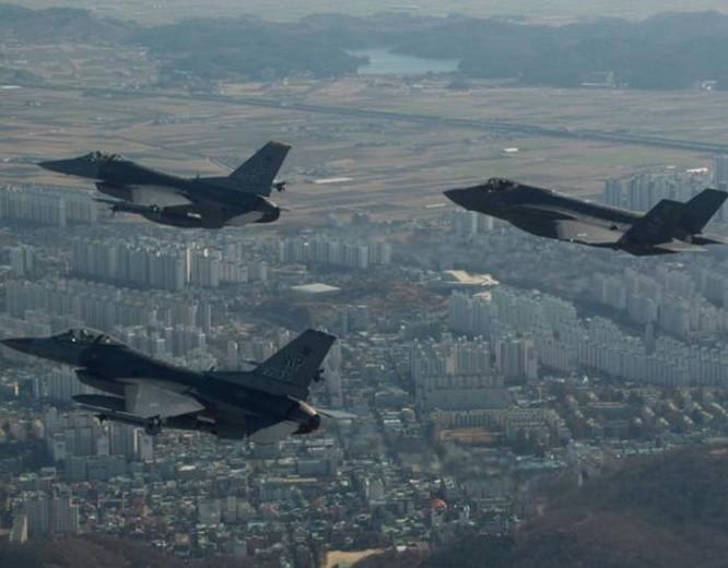 Từ ngày 4 đến ngày 8/12/2017, Mỹ và Hàn Quốc tiến hành cuộc tập trận chung Vigilant Ace có quy mô lớn nhất từ trước đến nay. Ảnh: BuzzNews.