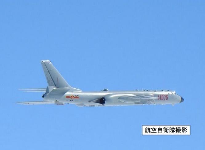 Ngày 23/11/2017, máy bay ném bom H-6K Trung Quốc bay ở vòng qua các vùng biển xung quanh Đài Loan gồm eo biển Miyako, eo biển Bashi và đến Biển Đông. Ảnh: QQ.