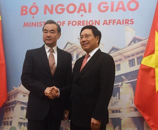 Tháng 11/2017, Ngoại trưởng Trung Quốc Vương Nghị (bên trái) đến thăm Việt Nam. Ảnh: VCG.