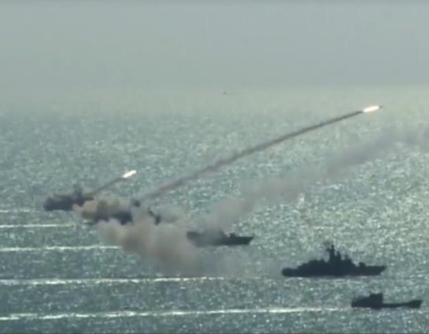Ba tàu tên lửa lớp Molniya của hải quân Việt Nam phóng loạt 3 tên lửa chống hạm Uran-E.