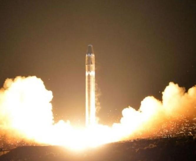 Ngày 29/11/2017, Triều Tiên phóng thử tên lửa đạn đạo xuyên lục địa Hwasong-15. Ảnh: KCNA.