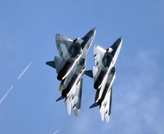 Máy bay chiến đấu tàng hình Su-57 bay biểu diễn. Ảnh: Cankao.