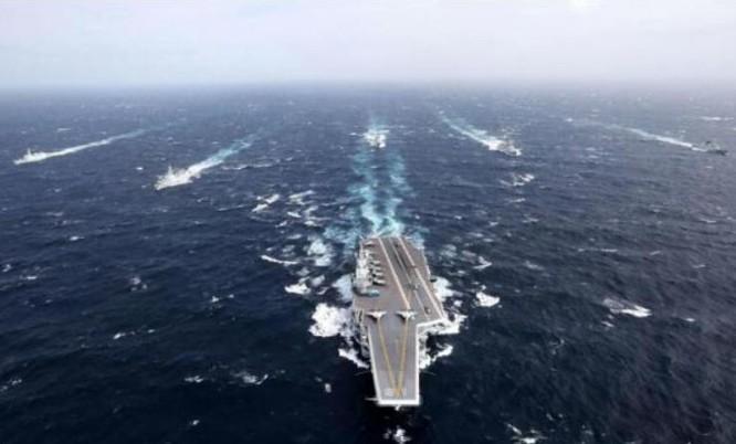 Biên đội tàu sân bay Liêu Ninh, hải quân Trung Quốc tiến hành huấn luyện biển xa. Ảnh: Cankao.