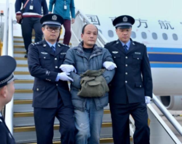 Chu Ký Dương, một kẻ đào tẩu ra nước ngoài bị cảnh sát Trung Quốc bắt về nước. Ảnh: Sina.