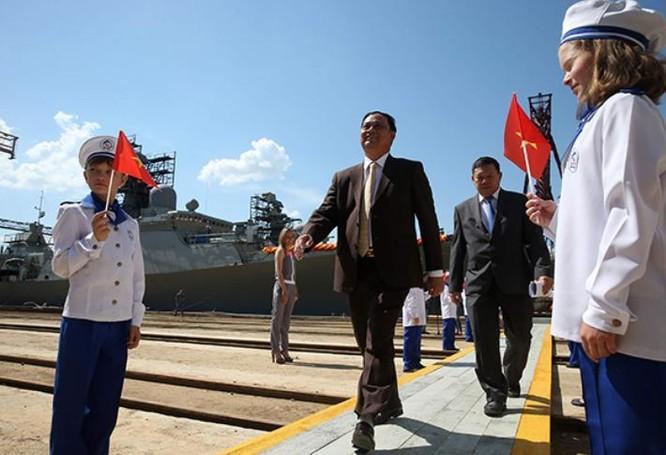 Hải quân Việt Nam nhận tàu hộ vệ Nga. Ảnh: Xinmin.