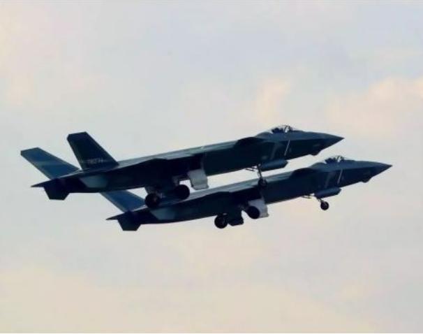 Máy bay chiến đấu J-20 không quân Trung Quốc tiến hành huấn luyện bay. Ảnh: Sina.