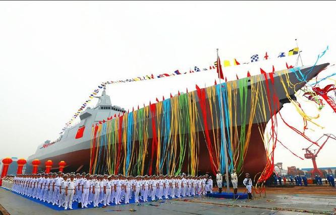 Tàu khu trục Type 055 đầu tiên của Trung Quốc hạ thủy ngày 28/6/2017. Ảnh: Sina