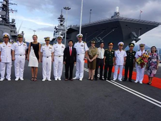 Tàu sân bay trực thăng Izumo Nhật Bản cập cảng Cam Ranh, Việt Nam ngày 20/5/2017.