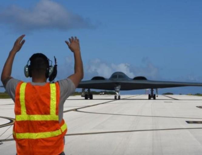 Mỹ vừa triển khai thêm 3 máy bay ném bom chiến lược tàng hình B-2 ở Guam. Ảnh: VOA.