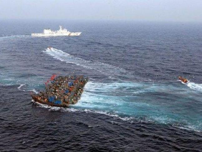 Cảnh sát biển Hàn Quốc kiên quyết tấn công hành vi đánh bắt phi pháp và chống trả bạo lực của tàu cá Trung Quốc. Ảnh: Sohu.