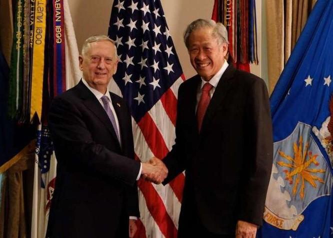 Bộ trưởng Quốc phòng Mỹ James Mattis và Bộ trưởng Quốc phòng Singapore Ng Eng Hen. Ảnh: The Straits Times.