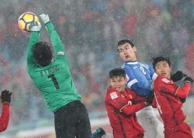 Thủ môn Bùi Tiến Dũng của U23 Việt Nam trong trận chung kết với U23 Uzbekistan. Ảnh: Hupu