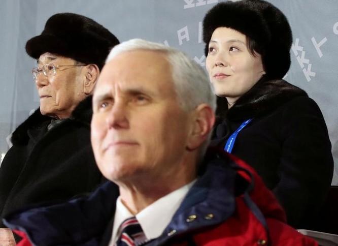 Ngày 9/2/2018, tại Lễ khai mạc Olympics Pyeongchang ở Hàn Quốc, Phó Tổng thống Mỹ Mike Pence ngồi phía trước Chủ tịch Quốc hội Triều Tiên Kim Jong-nam và bà Kim Yo-jong, em gái nhà lãnh đạo Triều Tiên Kim Jong-un. Ảnh: The Japan Times.