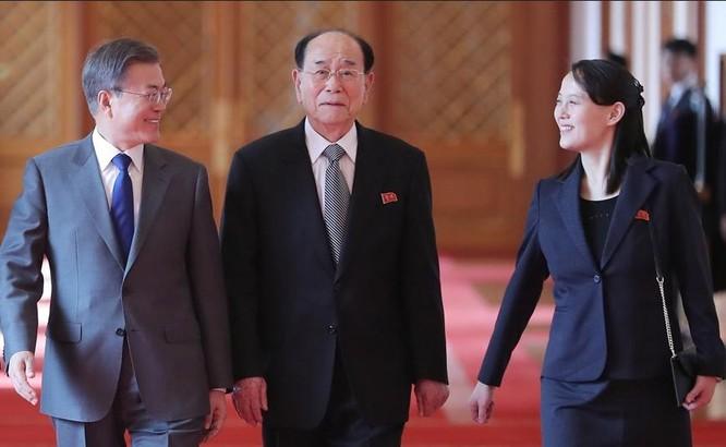 Tổng thống Hàn Quốc Moon Jae-in đón tiếp Chủ tịch Quốc hội Triều Tiên Kim Jong-nam và bà Kim Yo-jong, em gái nhà lãnh đạo Triều Tiên Kim Jong-un. Ảnh: Dwnews.