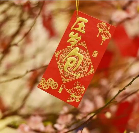 Giống như người Việt, người Trung Quốc có thói quen trao tiền mừng tuổi cho trẻ nhỏ. Ảnh: Sina.