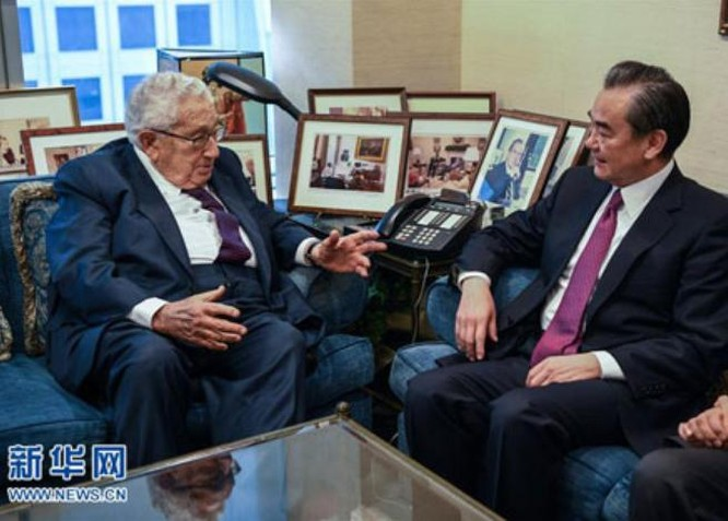 Cựu Ngoại trưởng Mỹ Henry Kissinger và Ngoại trưởng Trung Quốc Vương Nghị. Ảnh: Xinhuanet.