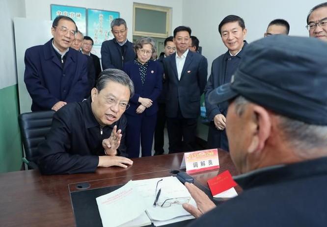 Ông Triệu Lạc Tế, bí thư Ủy ban kiểm tra kỷ luật Trung ương, Đảng Cộng sản Trung Quốc tiến hành điều tra nghiên cứu ở tỉnh Sơn Tây. Ảnh: Takungpao.