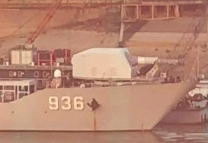 Hình ảnh này được cho là tàu đổ bộ Hải Dương Trung Quốc lắp pháo điện từ. Ảnh: Cankao.