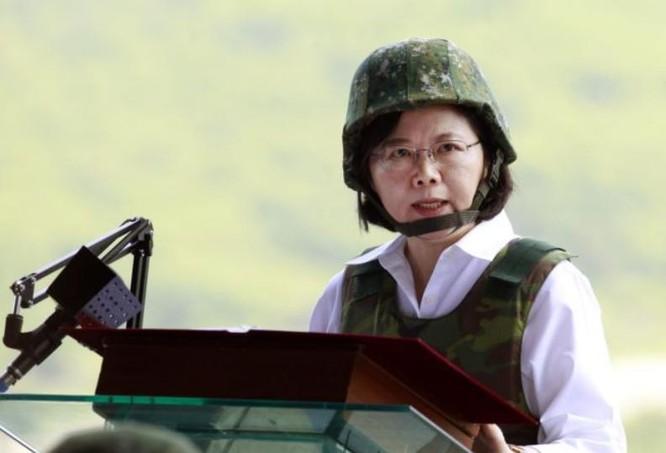 Nhà lãnh đạo Đài Loan bà Thái Anh Văn thị sát một cuộc tập trận ở miền nam Đài Loan.