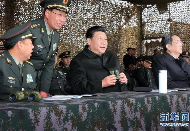 Tháng 4/2014, Chủ tịch Trung Quốc Tập Cận Bình thăm hỏi một đơn vị quân đội ở Tân Cương. Ảnh: Xinhuanet.