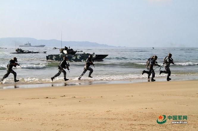 Tháng 8/2014, Hạm đội Nam Hải, Hải quân Trung Quốc tiến hành tập trận đổ bộ quy mô lớn trên Biển Đông. Ảnh: 81.cn.