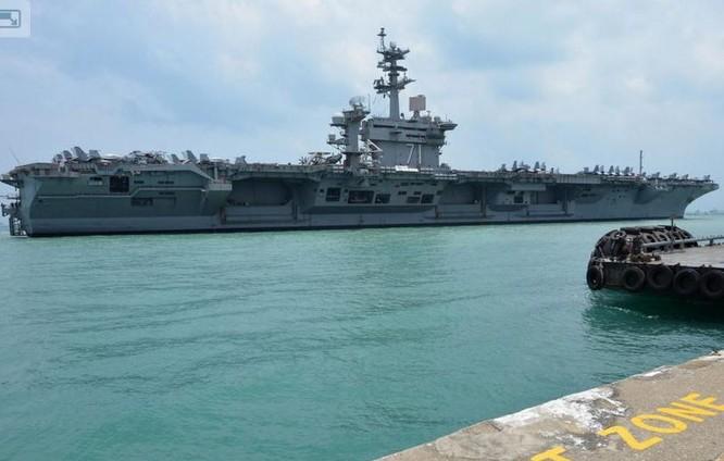 Tàu sân bay USS Theodore Roosevelt hải quân Mỹ tại căn cứ hải quân Changi, Singapore. Ảnh: Naval Today.