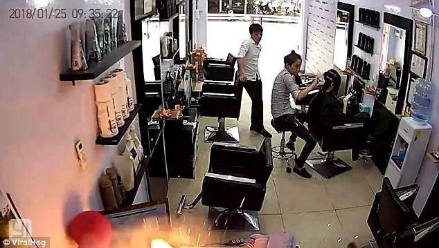 Một chiếc iPhone bất ngờ phát nổ ngay trong tiệm salon tại Việt Nam - Ảnh 1