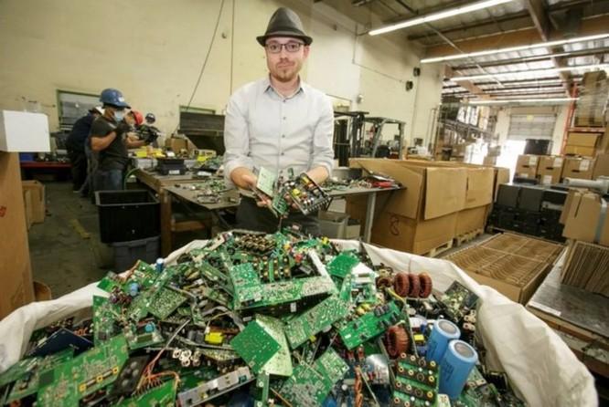 Anh chàng tái chế rác điện tử thành 28 ngàn chiếc đĩa cài Windows có nguy cơ bị ngồi tù - Ảnh 1