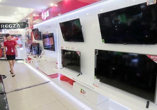 Có nên mua tivi, máy lạnh hàng trưng bày đang ồ ạt 'xả' sau Tết? - Ảnh 1