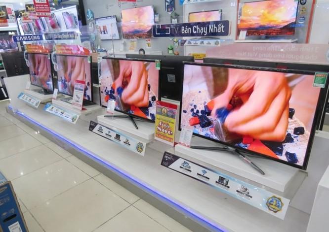 Có nên mua tivi, máy lạnh hàng trưng bày đang ồ ạt 'xả' sau Tết? - Ảnh 2