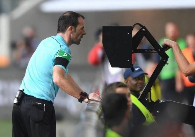 Các nhà làm luật FIFA chấp thuận dùng công nghệ trọng tài video (VAR) tại World Cup 2018 - Ảnh 1