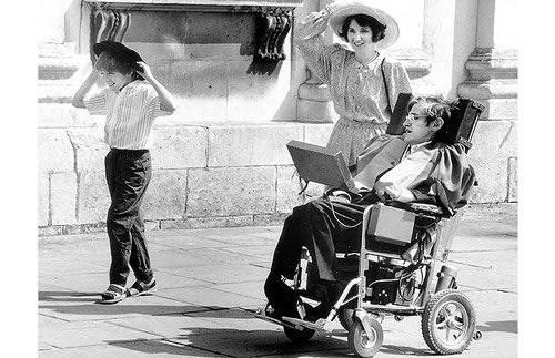 Những phát minh vĩ đại của nhà vật lý Stephen Hawking - Ảnh 2