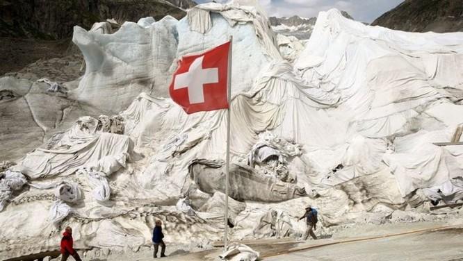 Dân Thụy Sỹ 'đắp chăn' cho sông băng để ngăn tình trạng băng tan chảy - Ảnh 1
