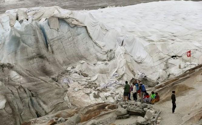 Dân Thụy Sỹ 'đắp chăn' cho sông băng để ngăn tình trạng băng tan chảy - Ảnh 2