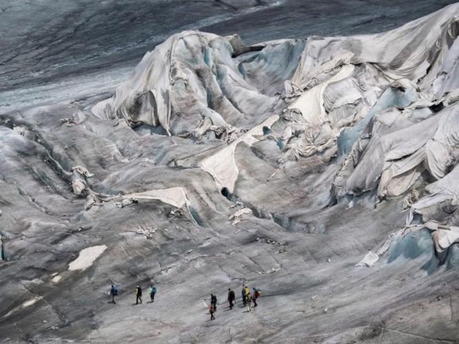 Dân Thụy Sỹ 'đắp chăn' cho sông băng để ngăn tình trạng băng tan chảy - Ảnh 3