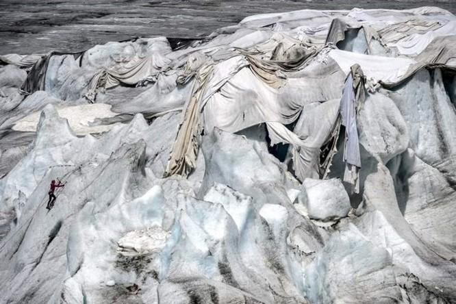 Dân Thụy Sỹ 'đắp chăn' cho sông băng để ngăn tình trạng băng tan chảy - Ảnh 4
