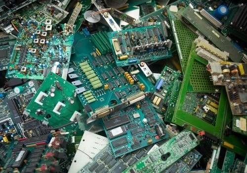 Phát hiện ổ rác thải toàn bo mạch điện tử nhập trái phép vào Việt Nam - Ảnh 1