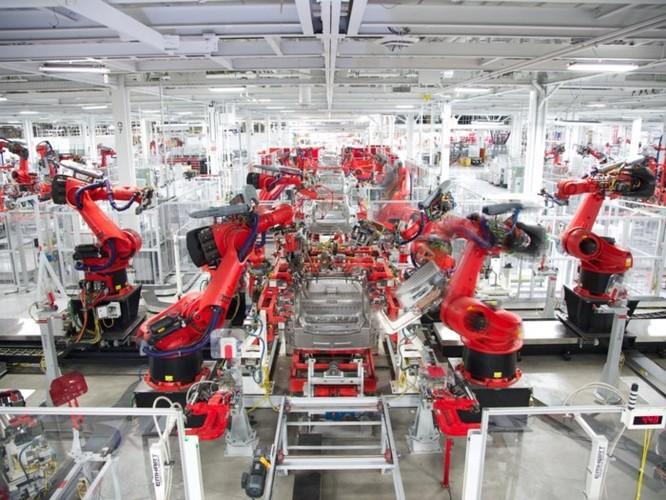 Elon Musk hối tiếc vì dùng quá nhiều robot sản xuất Model 3, thừa nhận quá coi thường con người ảnh 2