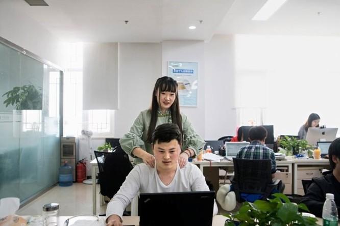 Startup Trung Quốc: chỉ tuyển gái xinh, cao trên 1m57 mát-xa cho lập trình viên nam, lương 1.000 USD ảnh 1